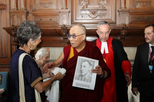 Dalai Lama shows photo